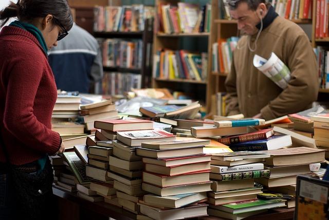 lidé v knihkupectví.jpg