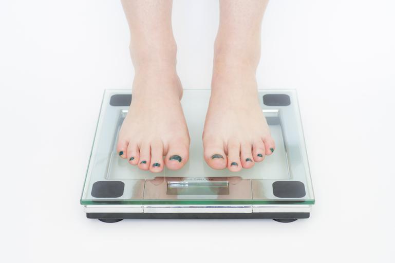 žena stojící na osobní váze