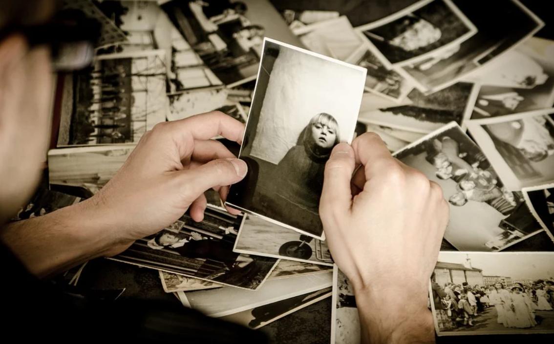 muž a fotky